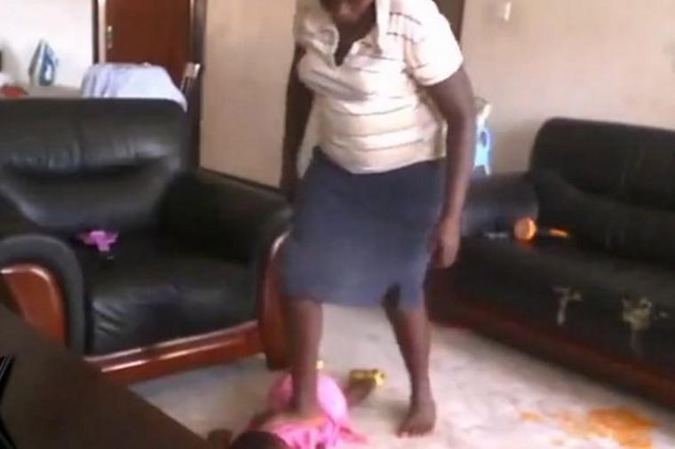 Skrytá kamera odhalila chůvu jak bije malé dítě
